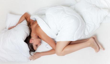 5 beneficios de dormir desnudo